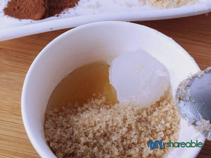 Combine all ingredients for cinnamon scrub in a bowl