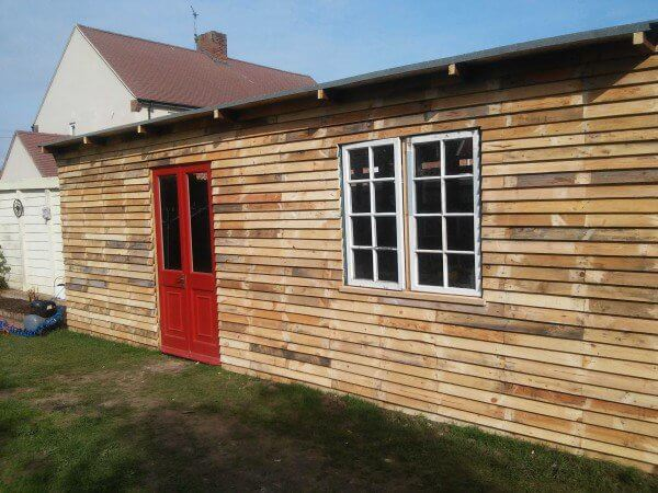 Very original shed designed with pallets. Here is the finished product.