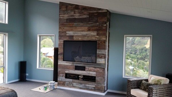 Beautfiul entertainment center made from pallets creates an amazing feature and focal point in the room.