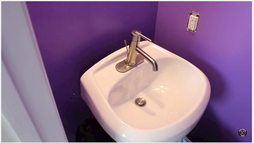 Sink attached to the wall using lag screws
